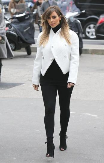 Ким Кардашьян в черных леггинсах