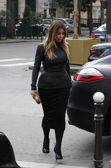 Ким Кардашьян в черной юбке