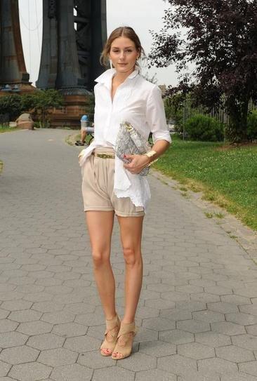 Оливия Палермо в бежевых шортах и белой блузке