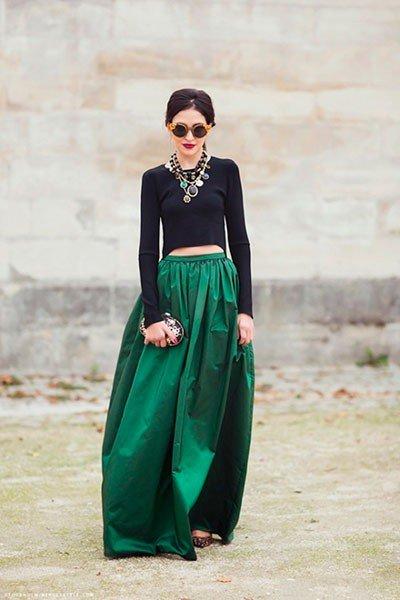 высокая девушка в зеленой юбке макси