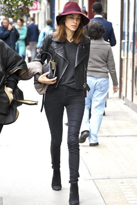 Алекса Чанг в джинсах и кожаной куртке