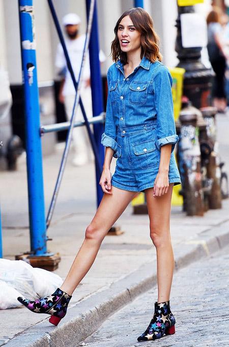 Алекса Чанг в джинсовой рубашке и шортах