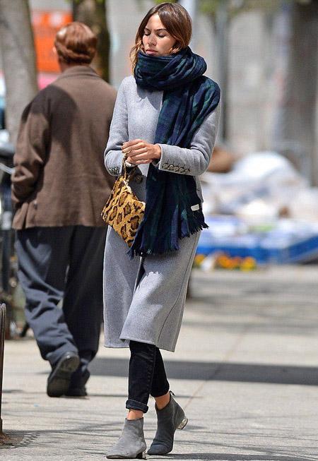 Алекса Чанг в сером пальто с шарфом на шее