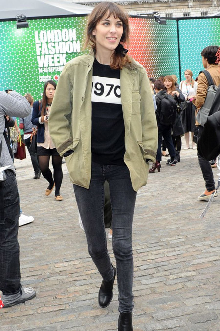 Алекса Чанг в серых джинсах и куртке