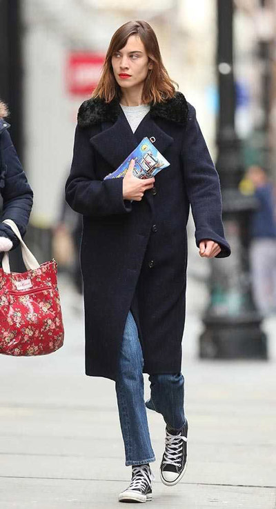 Алекса Чанг в синем пальто и джинсах