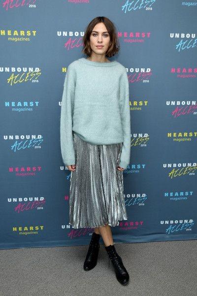 Алекса Чанг в свитере оверсайз и блестящей юбке