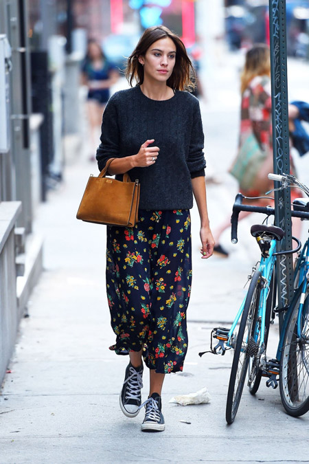 Алекса Чанг в свитере, юбке в цветочек и кедах