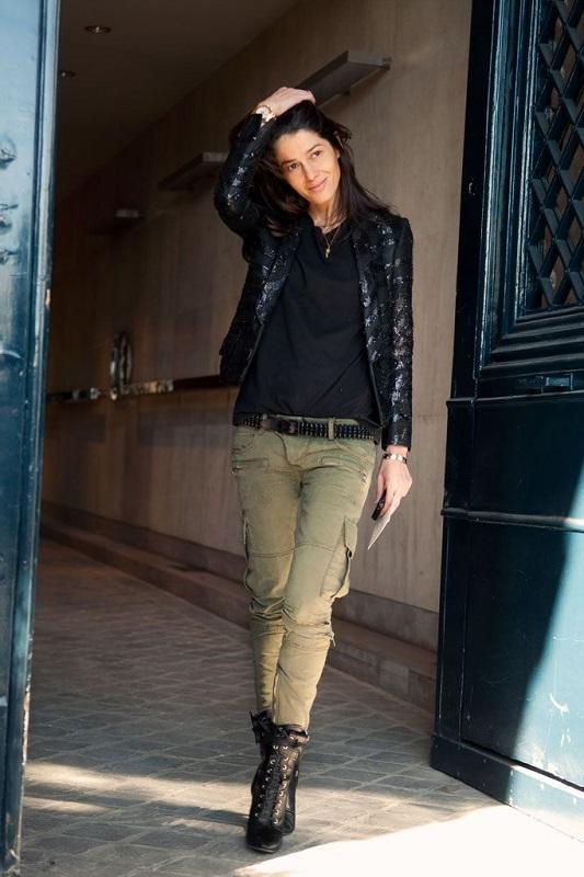 Барбара Мартело в штанах и ботинках в стиле милитари и кожаной куртке