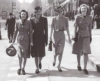 Девушка, одетые в стиле милитари идут по улице, 40-е года 20 века
