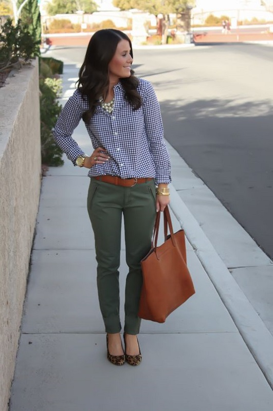 Девушка в брюках цвета хаки и рубашке в клетку, лук в стиле милитари