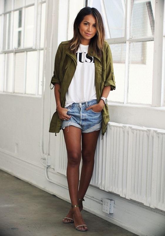 Девушка в джинсовых шортиках и куртке в стиле милитари