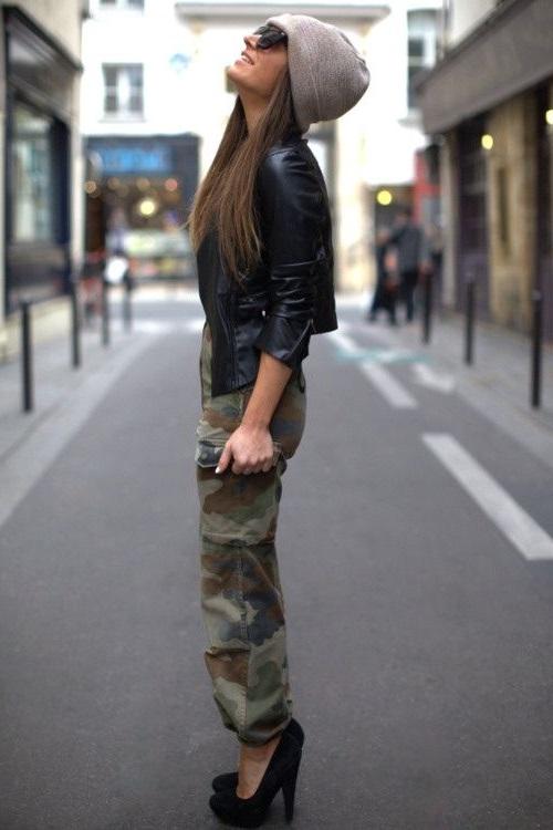 Девушка в камуфляжных штанах, кожаной куртке, на высоких каблуках, шикарный лук в стиле милитари