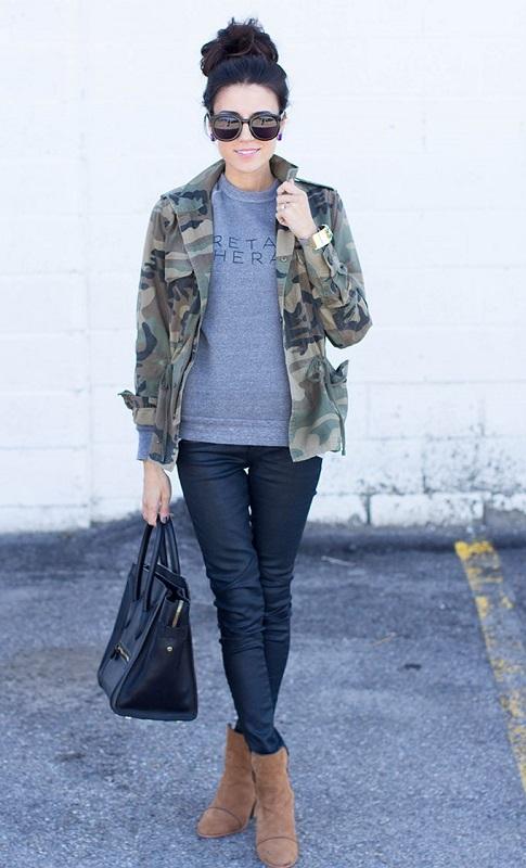 Девушка в куртке, футболке в стиле милитари