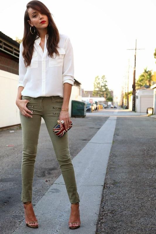 Девушка в штанах цвета хаки и белой блузе в стиле милитари