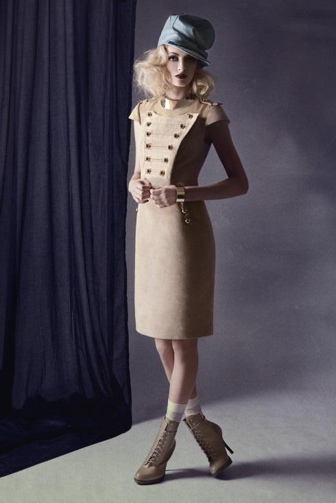 Девушка в светлом платье и ботильонах в стиле милитари