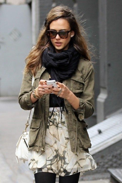 Джессика Альба в юбке, куртке и шарфом на шее в стиле милитари