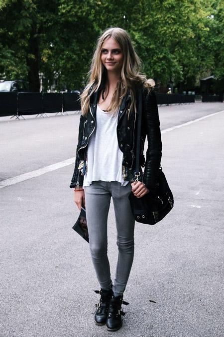 Кара Делевинь серых джинсах, белой футболке и куртке косухе