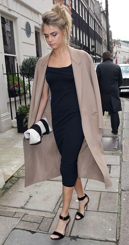 Кара Делевинь в черном платье футляр и бежевое пальто, черные босоножки