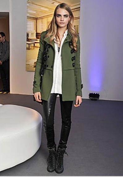 Кара Делевинь в пальто и ботинках в стиле милитари