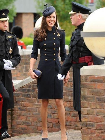 Кейт Миддлтон в платье в стиле милитари