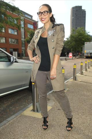 Майлин Класс в брюках и плаще в стиле милитари, в Лондоне