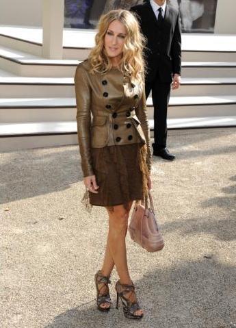 Сара Джессика Паркер в юбке и куртке в стиле милитари