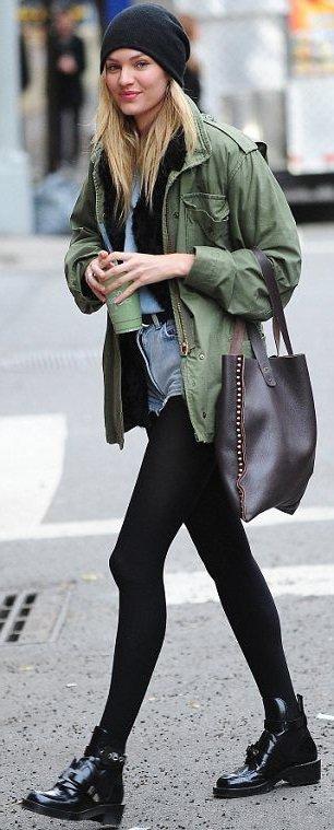 Кэндис Свейнпол в ботинках и куртке в стиле милитари