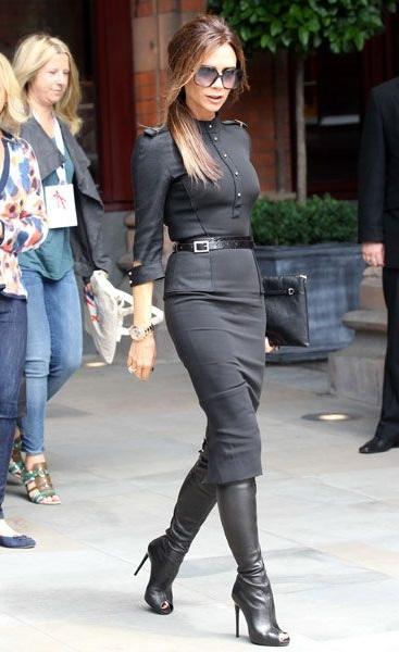 Виктория Бекхэм на улице, одета в стиле милитари