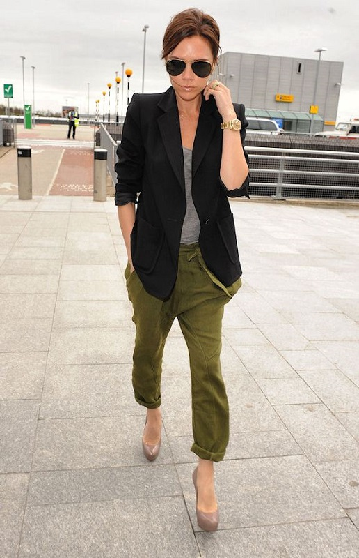 Виктория Бекхэм в штанах и черном пиджаке в стиле милитари