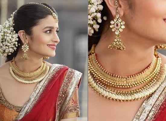 Девушка с крупными серьгами и ожерельем
