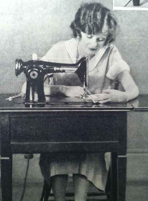 Девушка шьет дома, 1920 год