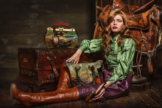 Девушка сидит рядом с сумками, с изображениями лодок, от анте ковач