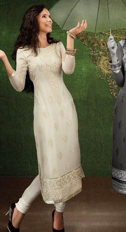 Девушка в белом платье и белых штанах