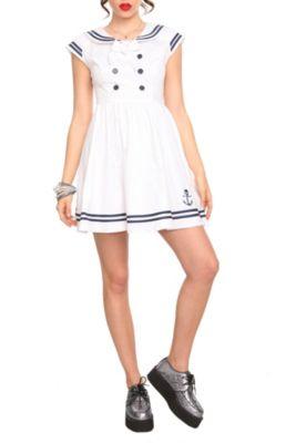 Девушка в белом платье морского стиля