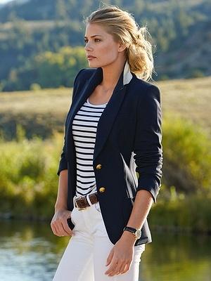 Девушка в белых джинсах, топе в полоску и и темно-синем жакете