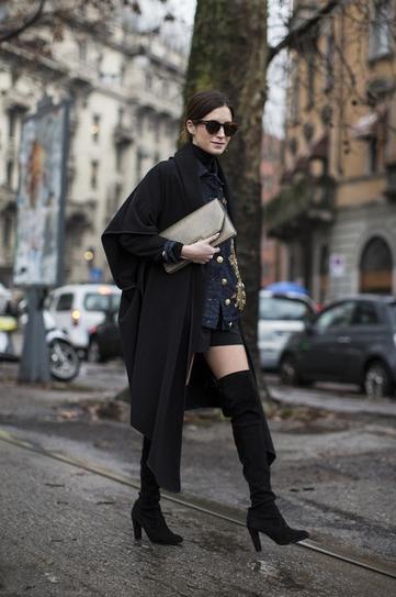 Девушка в ботфортах, шортах и ассиметричном пальто