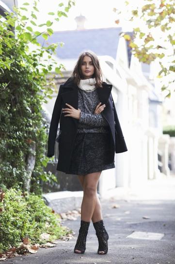 Девушка в ботильонах и черном пальто