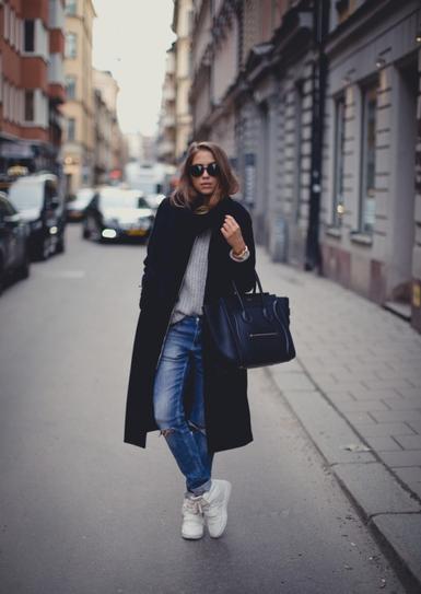 Девушка в бойфрендах, белых кроссовках и пальто