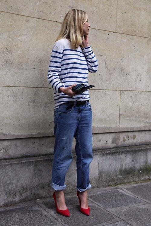 Девушка в бойфрендах, туфлях лодочках и кофте в полоску