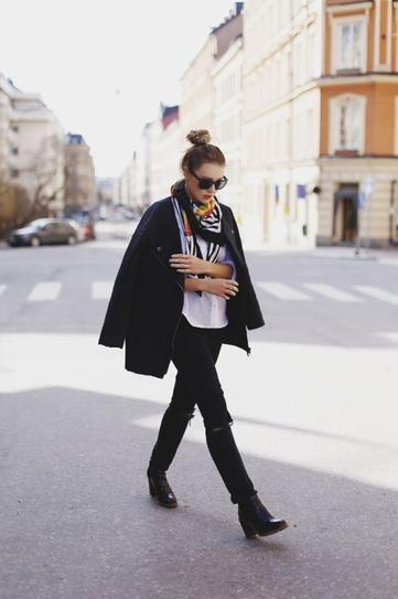Девушка в брюках, сапогах, блузе и пальто