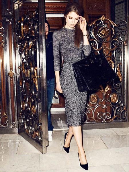 Девушка в черно белом платье футляр, черные туфли лодочки и большая квадратная сумка