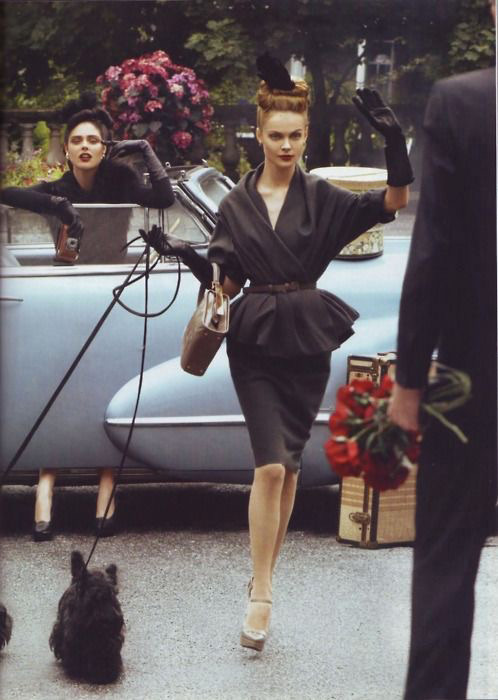 Девушка в черном костюме с юбкой карандаш и жакет с пояском на талии