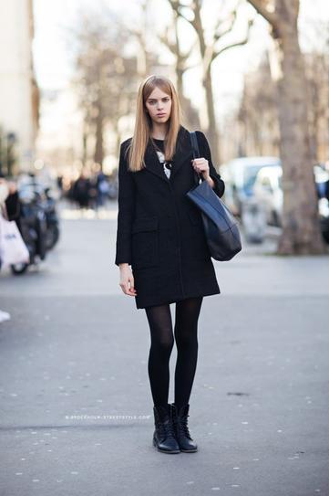 Девушка в черных ботинках и пальто