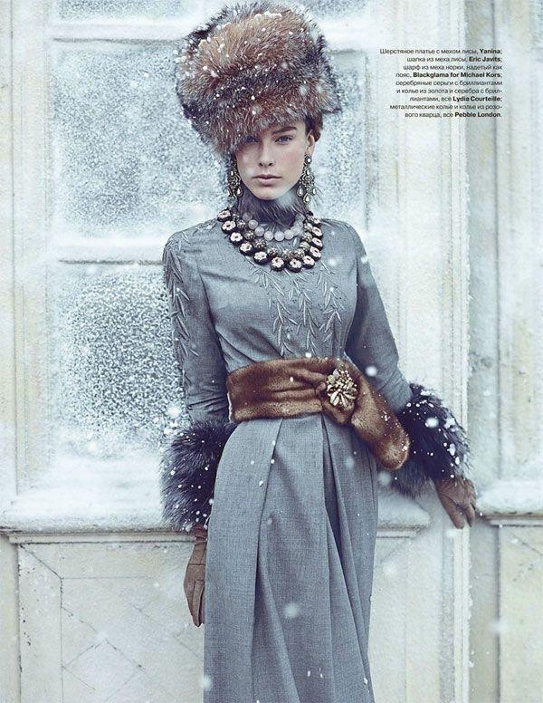 Девушка в длинном платье с меховым поясом и меховой, высокой шапке в русском стиле