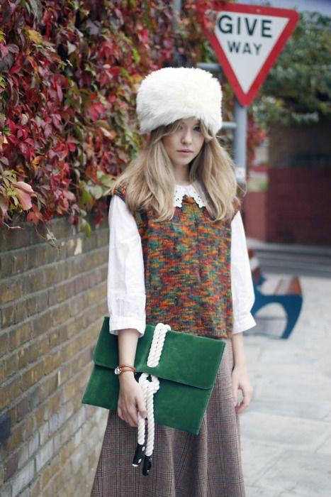 Девушка в длинной, широкой юбке, цветном жилете и казацкой шапке