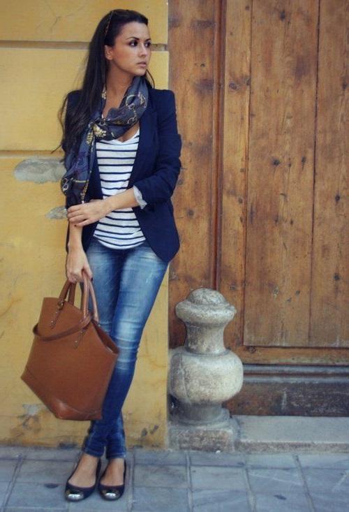 Девушка в джинсах, полосатом топе и синем пиджаке