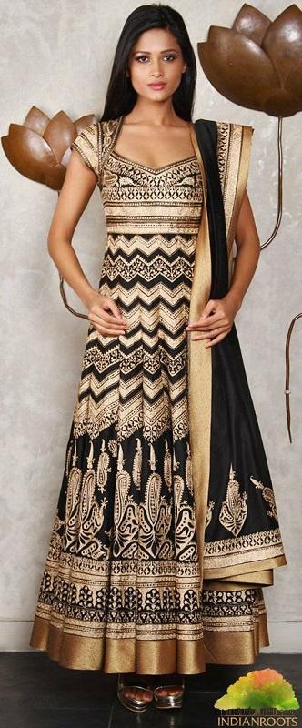 Девушка в элегантном платье в индийском стиле с накидкой на плече