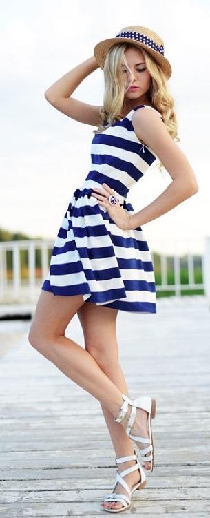 Девушка в коротеньком сине-белом платье в полоску и шляпе