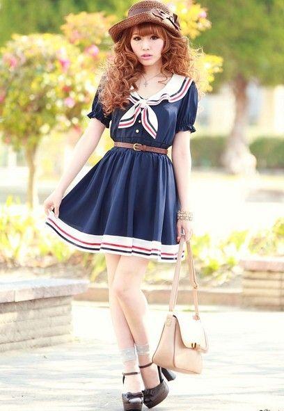 Девушка в коротком, синем платье с оборкой и моряцким воротничком