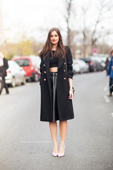 Девушка в кожаной юбке миди, туфлях лодочках и черном пальто